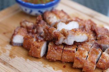 Người Thái làm thịt heo áp chảo vừa nhanh vừa ngon