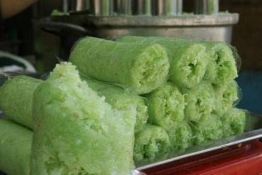 Cách Làm Bánh Ống Lá Dứa Trà Vinh Thơm Ngon Độc Đáo